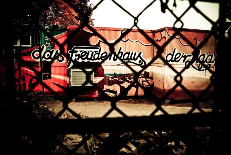 """Die Ballsaalcontainer im Umlauf der alten Haupttribüne.  """"Das Freudenhaus der Liga"""""""