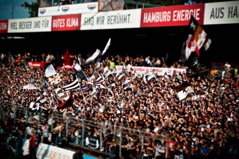 Die alte Gegengerade mit vielen Fans bei einm Heimspiel