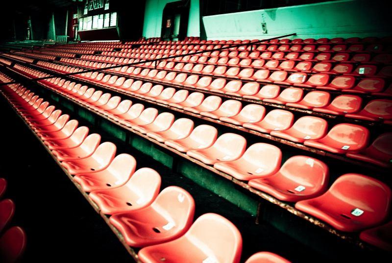 Rote Plastiksitze auf der alten Haupttribüne