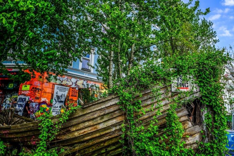 Das alte Boot vor den Hafenstraßen-Häusern
