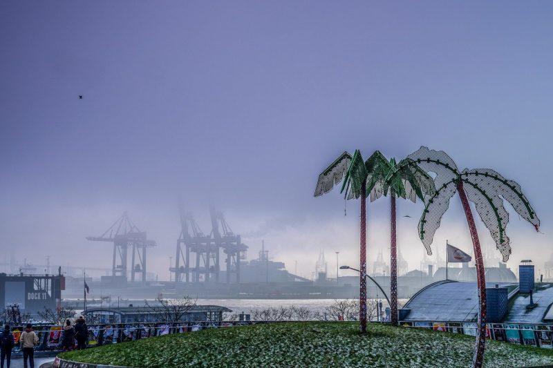 Park Fiction und der Hafen im Hochnebel