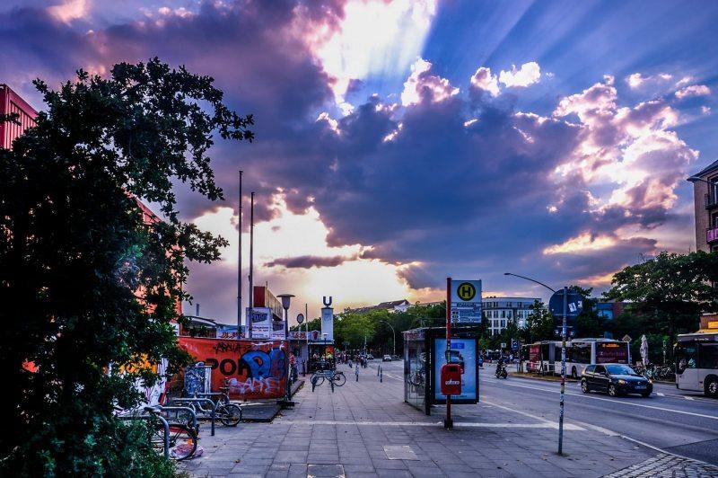 Feldstraße mit Sonne hinter den Wolken