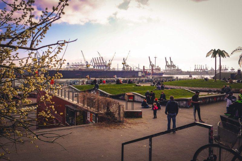 Park Fiction mit dem Hafen im Hintergrund