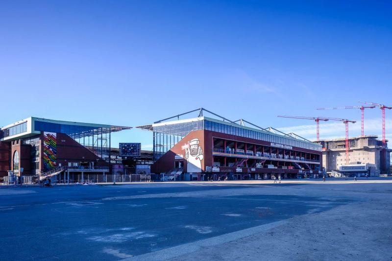 Das Millerntor-Stadion mit der Südtribüne und der Gegengerade