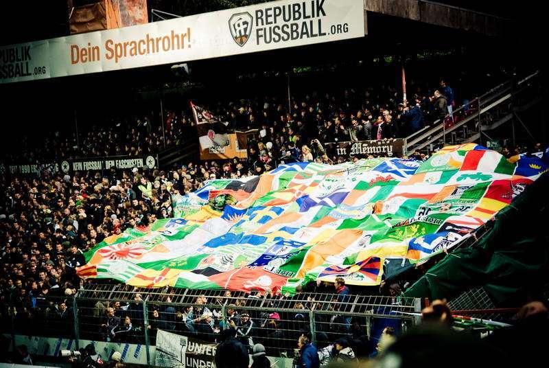 """""""No borders - no Nations""""  Eine umstrittende Flaggencollage zum  Jubiläumsspiel gegen Celtic Glasgow am 18.05.2010"""
