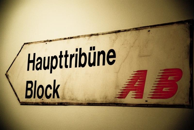 Hinweisschild zum Block auf der alten Haupttribüne