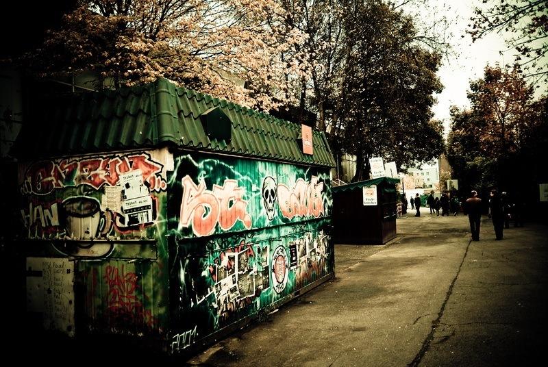 Container im Umlauf hinter der alten Haupttribüne