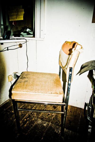 Der Stuhl von Stadionsprecher Rainer in seiner Kabine in der alten Haupttribüne