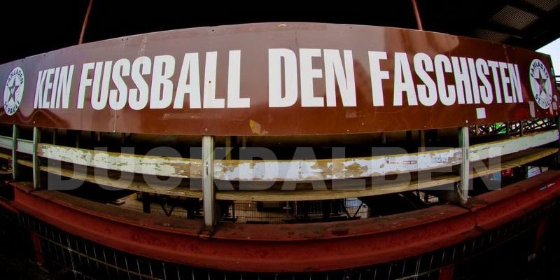 """""""Kein Fussball den Faschisten"""" auf der alten Gegengeraden"""