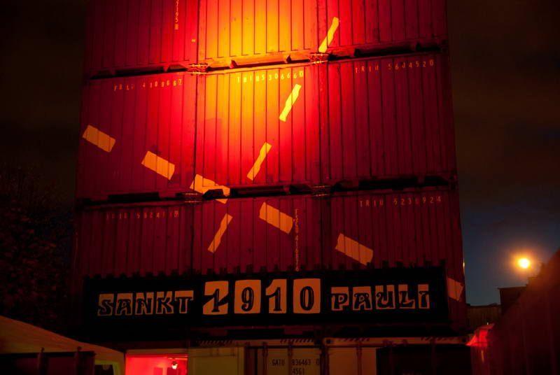 Container bei Nacht zur 100-Jahre Ausstellung auf dem Südkurvenvorplatz