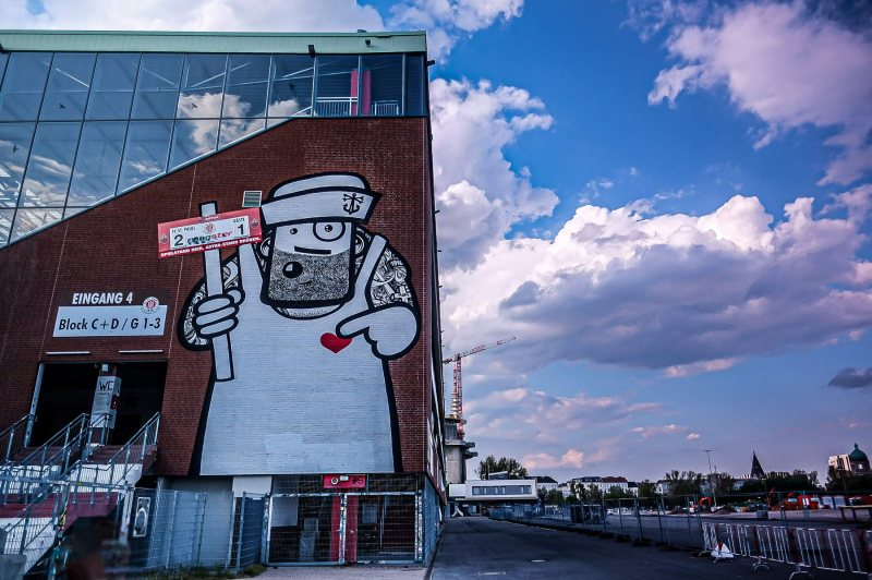 Die Gegengerade mit dem Rebelzer-Graffiti
