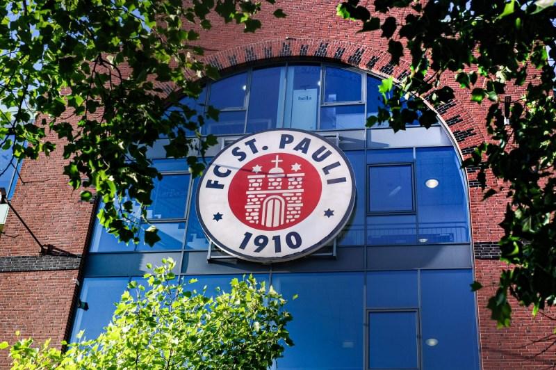 Fensterfront der Südtribühne mit Logo