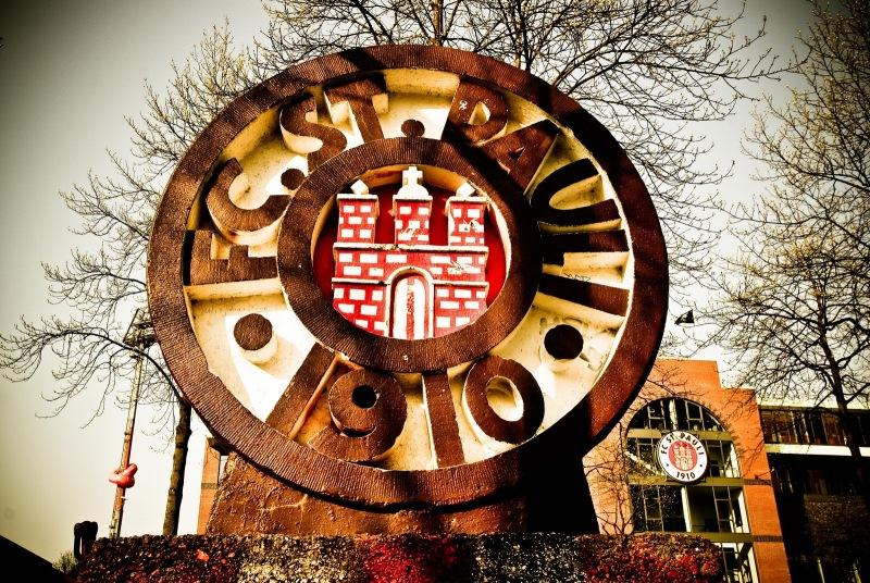 FC St.Pauli Wappen auf dem Harald-Stender-Platz