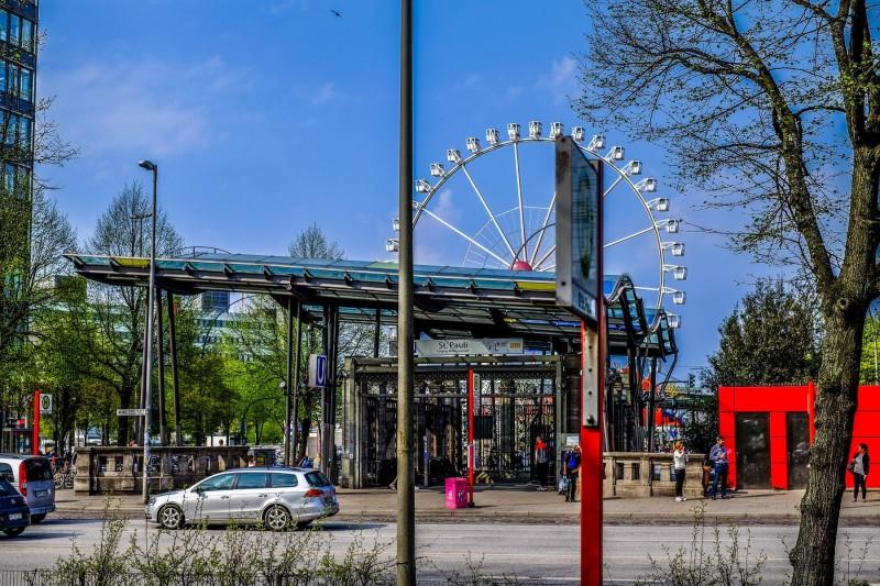 Der Dom und die U-Bahn-Haltestelle St.Pauli