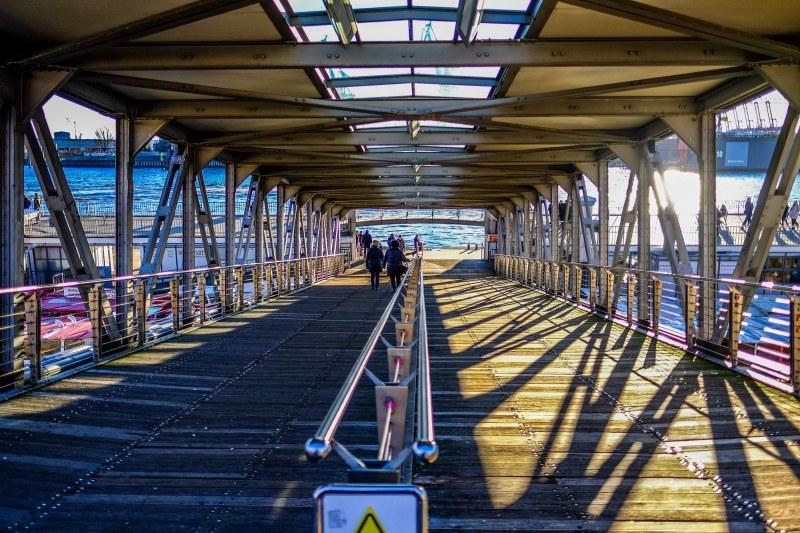 Eine Brücke an den Landungsbrücken mit Blick auf die Elbe