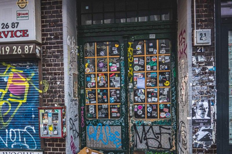 Eingangstür mit Aufklebern in der Talstraße
