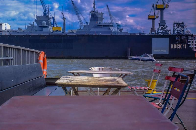 Auf dem Anleger Fischmarkt mit Blick auf ein Kriegsschiff