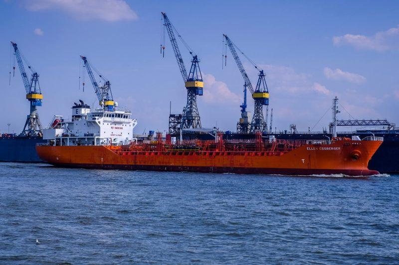 Der Tanker Ellen Essberger vor dem Dock 10