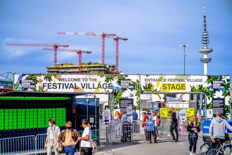 Reeperbahn Festival auf dem Heiligengeistfeld - Eingang mit Schließfächern